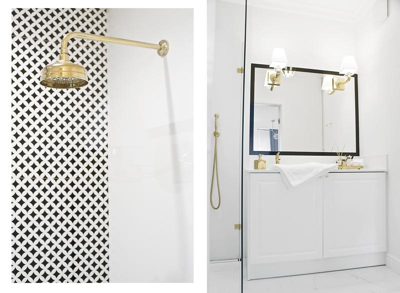 Wzorzyste płytki doskonale przełamują biało - złotą łazienkę