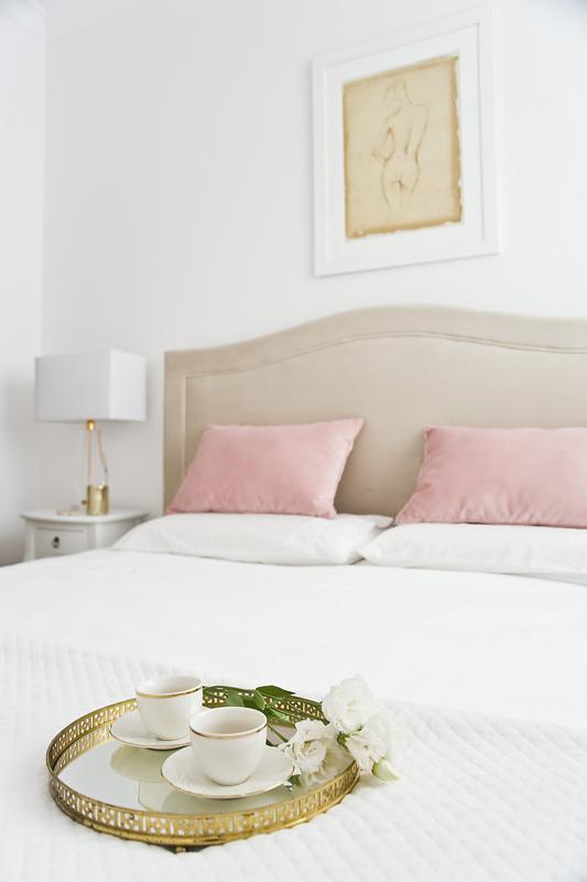 Do sypialni utrzymanej w beżach wkradły się subtelne pastele