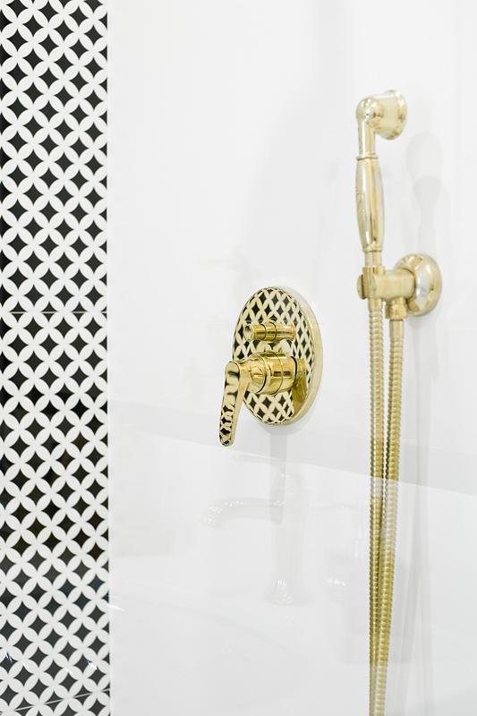 Złota armatura w łazience zawsze zapowiada piękną stylizację wnętrza