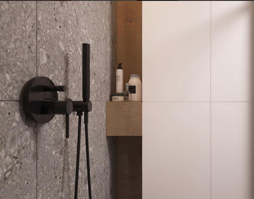 Czarny prysznic w nowoczesnej minimalistycznej łazience