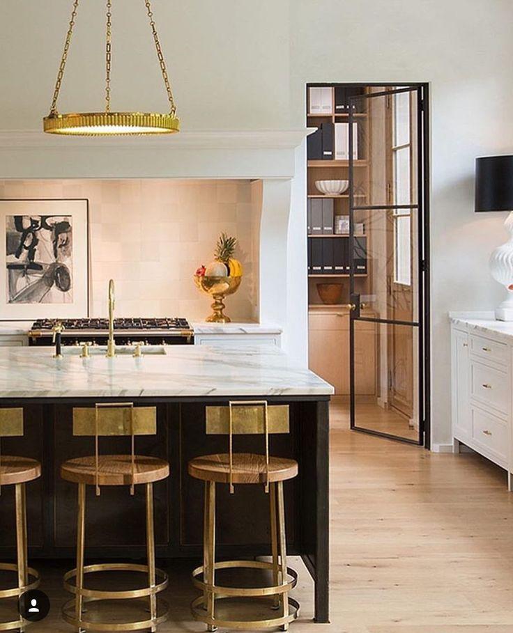 Złote dodatki w eleganckiej nowoczesnej kuchni