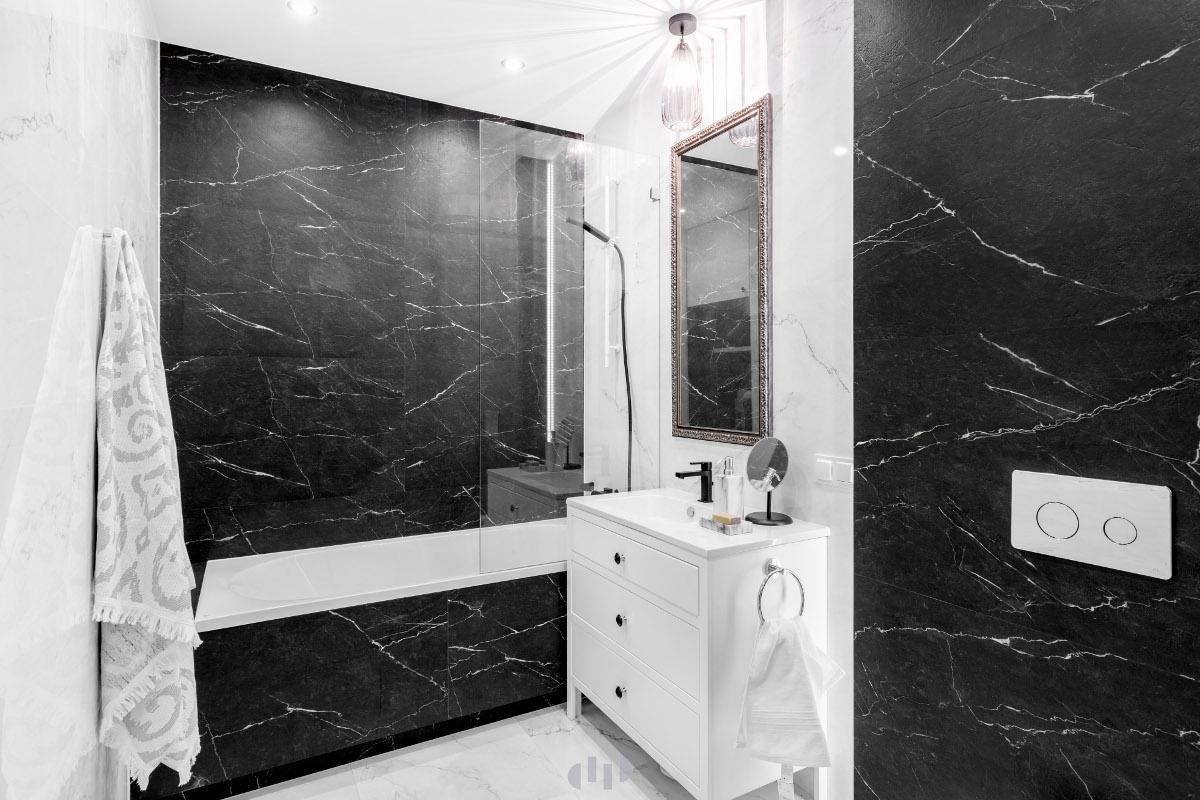 Klasyczna łazienka z czarną armaturą | Projekt Dziurdziaprojekt