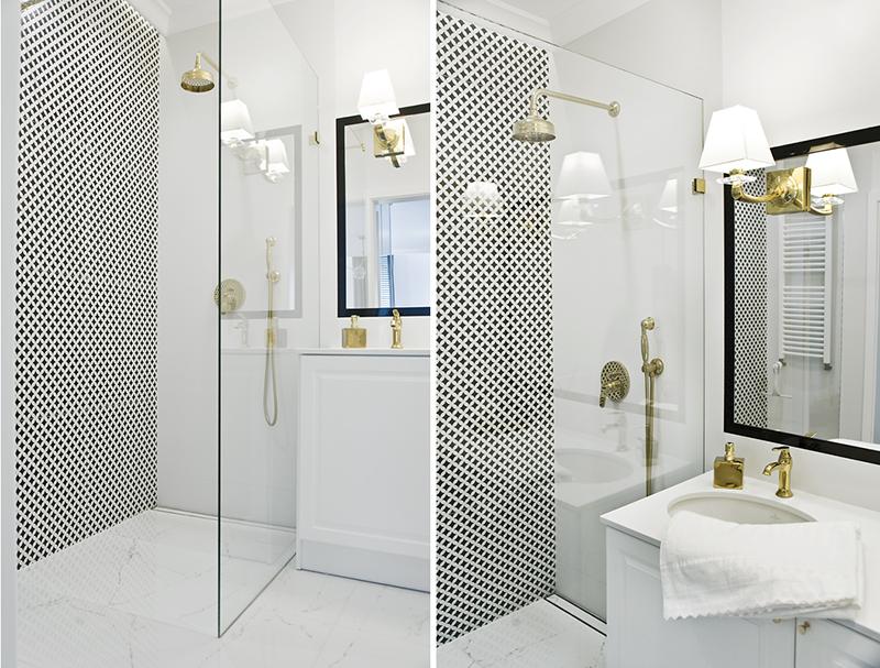 Wzorzyste płytki w białej łazience na jednej ze ścian w strefie prysznicowej | proj. Miśkiewicz Design
