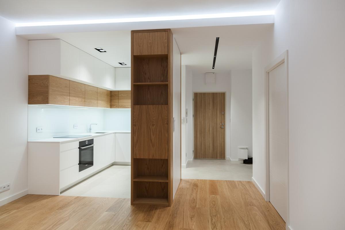 Zabudowa w przedpokoju doskonale wpisuje się całą estetykę mieszkania