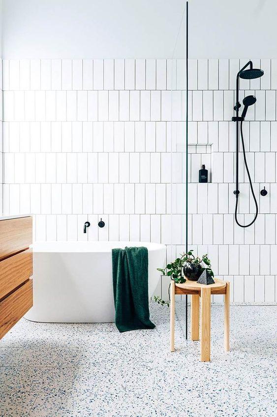 Biało - drewniana łazienka w akcentem lastryko