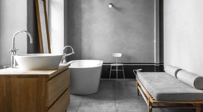 Drewno i płytki betonowe w łazience