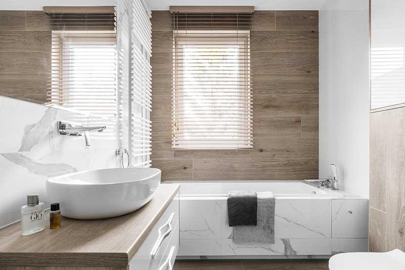 Mała łazienka z wanną | proj. Studio Projekt, zdj.: Fotomohito