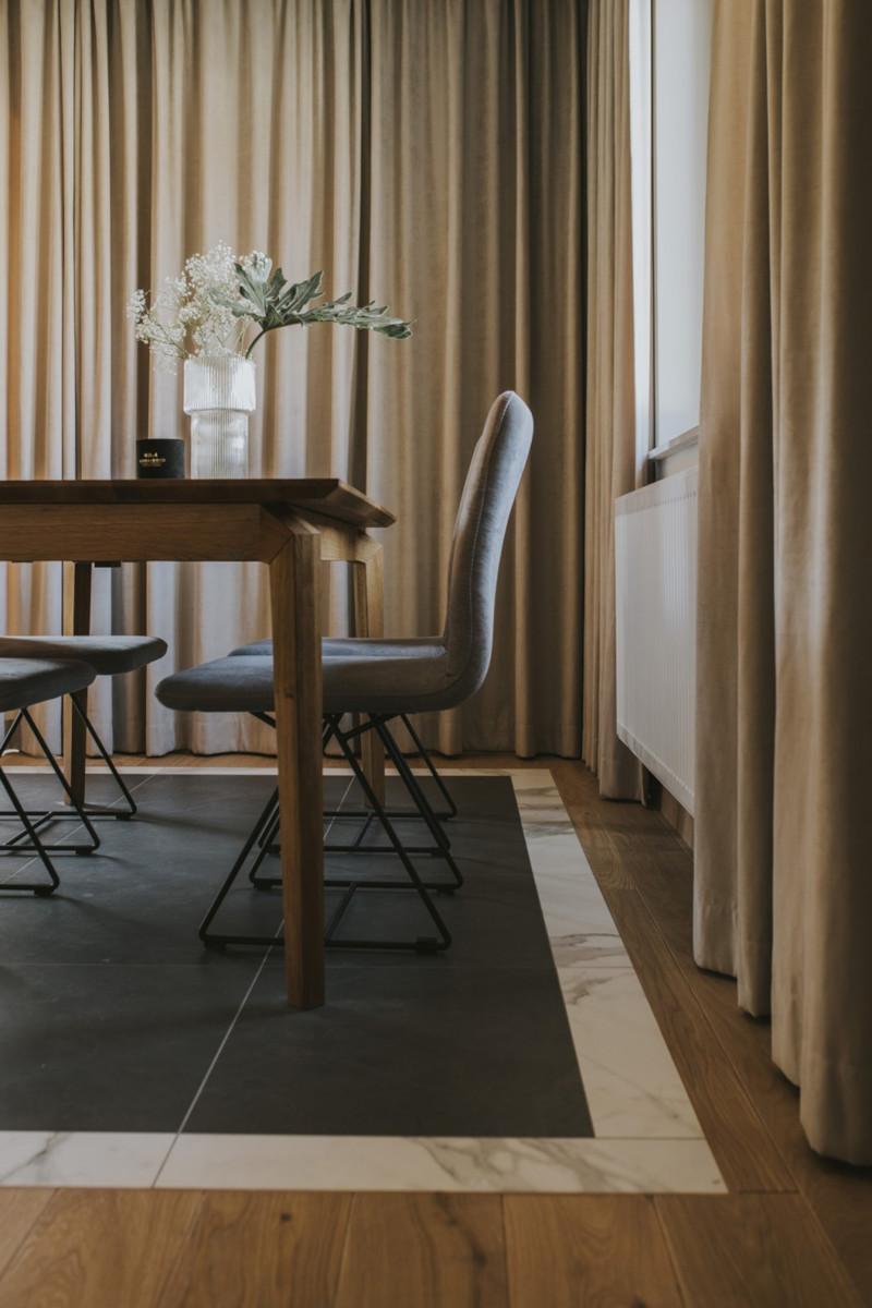 Jadalnię od salonu symbolicznie oddzielają płytki na podłodze