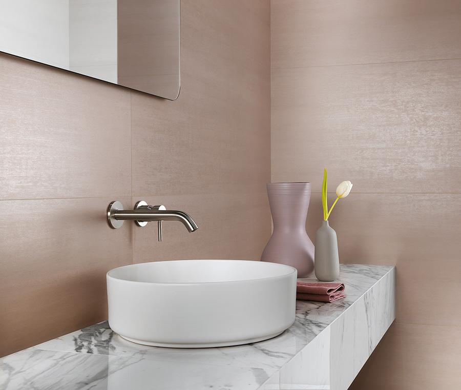 Bladoróżowa łazienka z marmurowymi detalami (MEK Atlas Condorde)