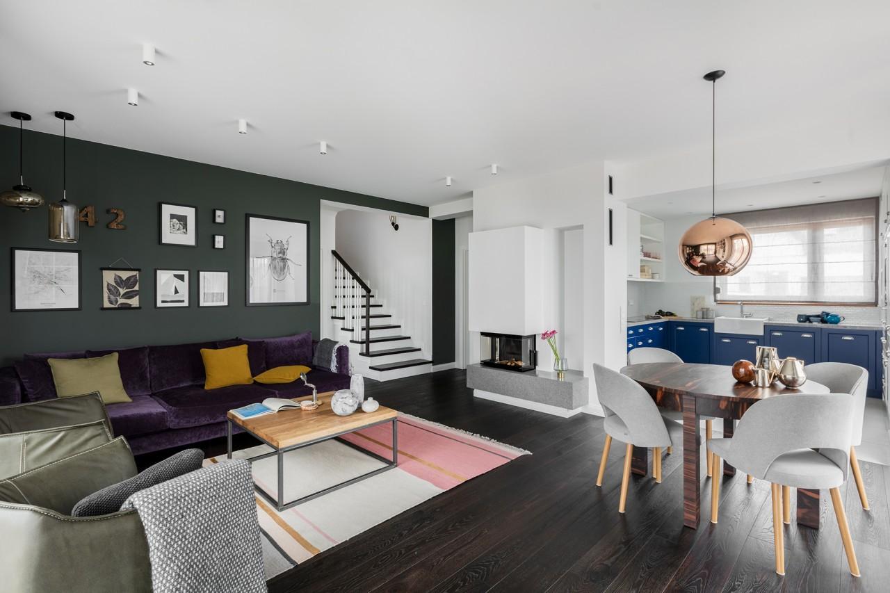 Fioletowa sofa w pięknym wnętrzu | proj. Finchstudio