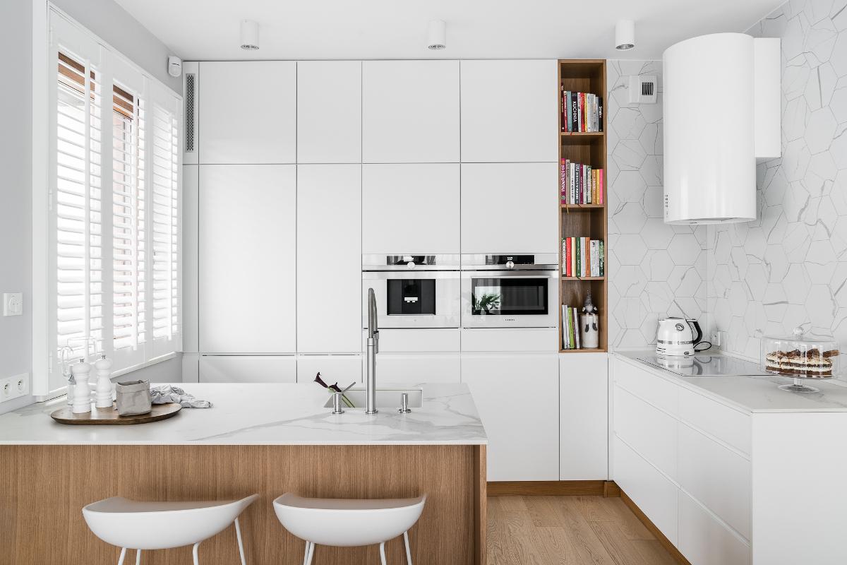 Biała płyta w kuchni wg. projektu MAKA.STUDIO (zdjęcie: Fotomohito)