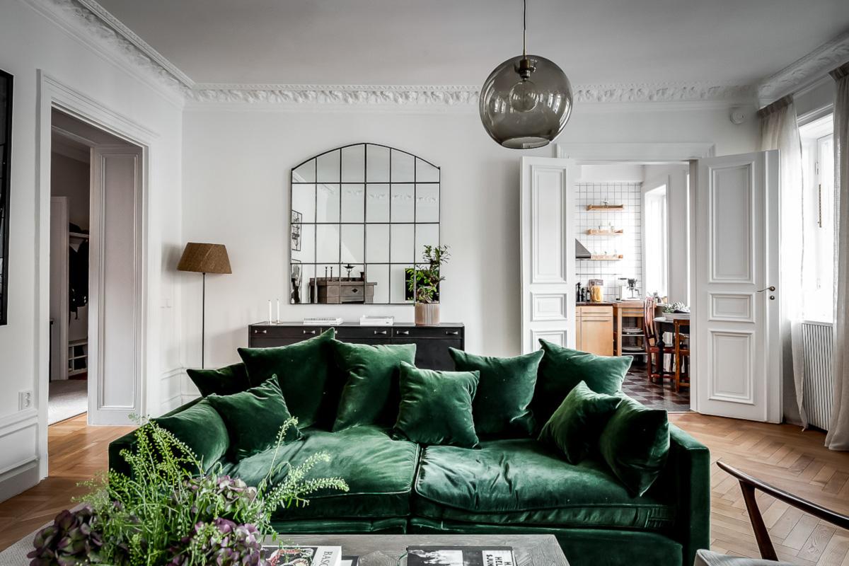 Welurowa sofa w klimatycznym mieszkaniu w kamienicy