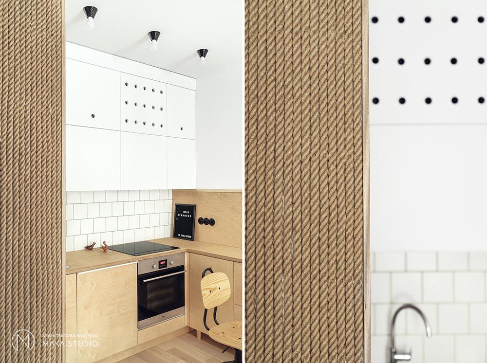 Ściana z lnianej liny w mieszkaniu inspirowanym stylem marynistycznym