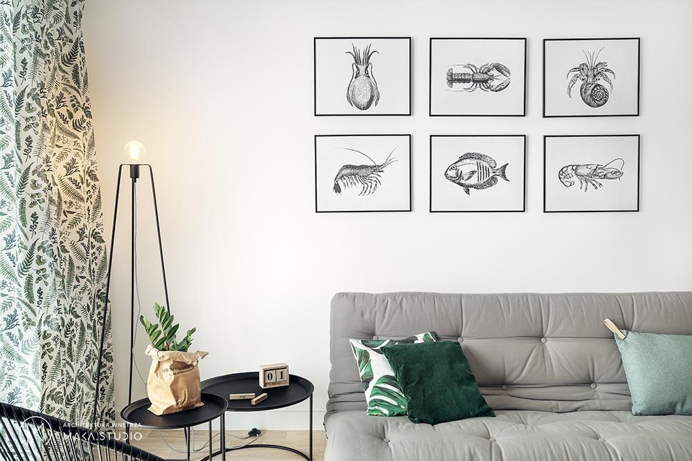 Sofa w japońskim stylu w towarzystwie motywów tropikalnych i marynistycznych odniesień