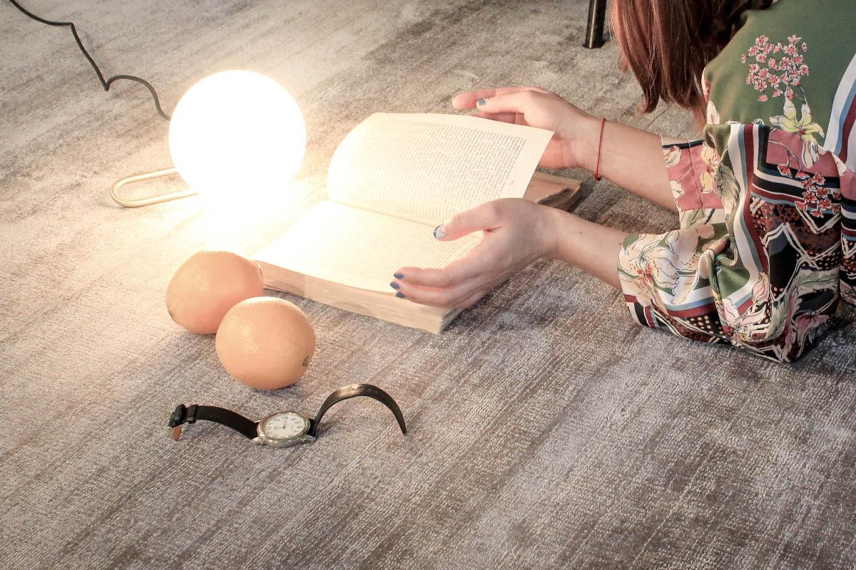 Moda na przytulny dom (na zdjęciu dywan marki Mooqo i lampa Artemide - produkty dostępne w naszych showroomach)