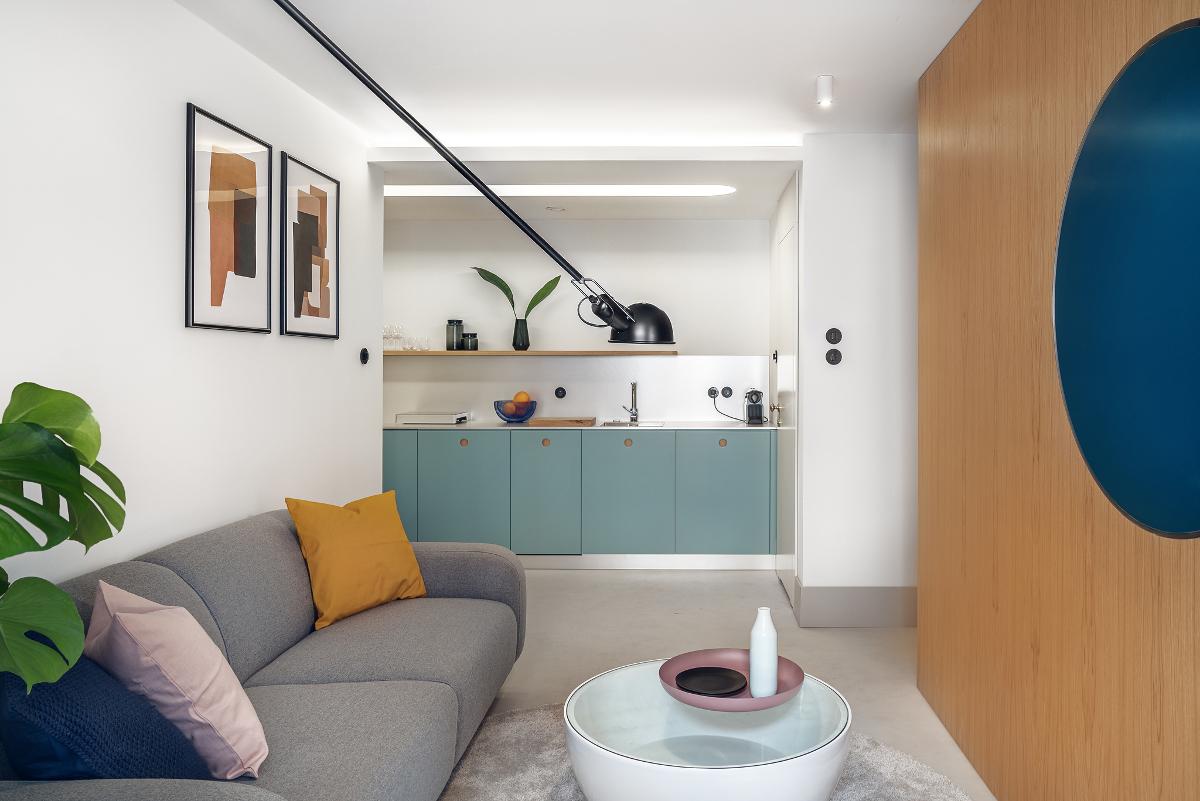 Salon z kuchnią w mikromieszkaniu o powierzchni 32 m2 (proj. Interurban, fot. Tom Kurek)