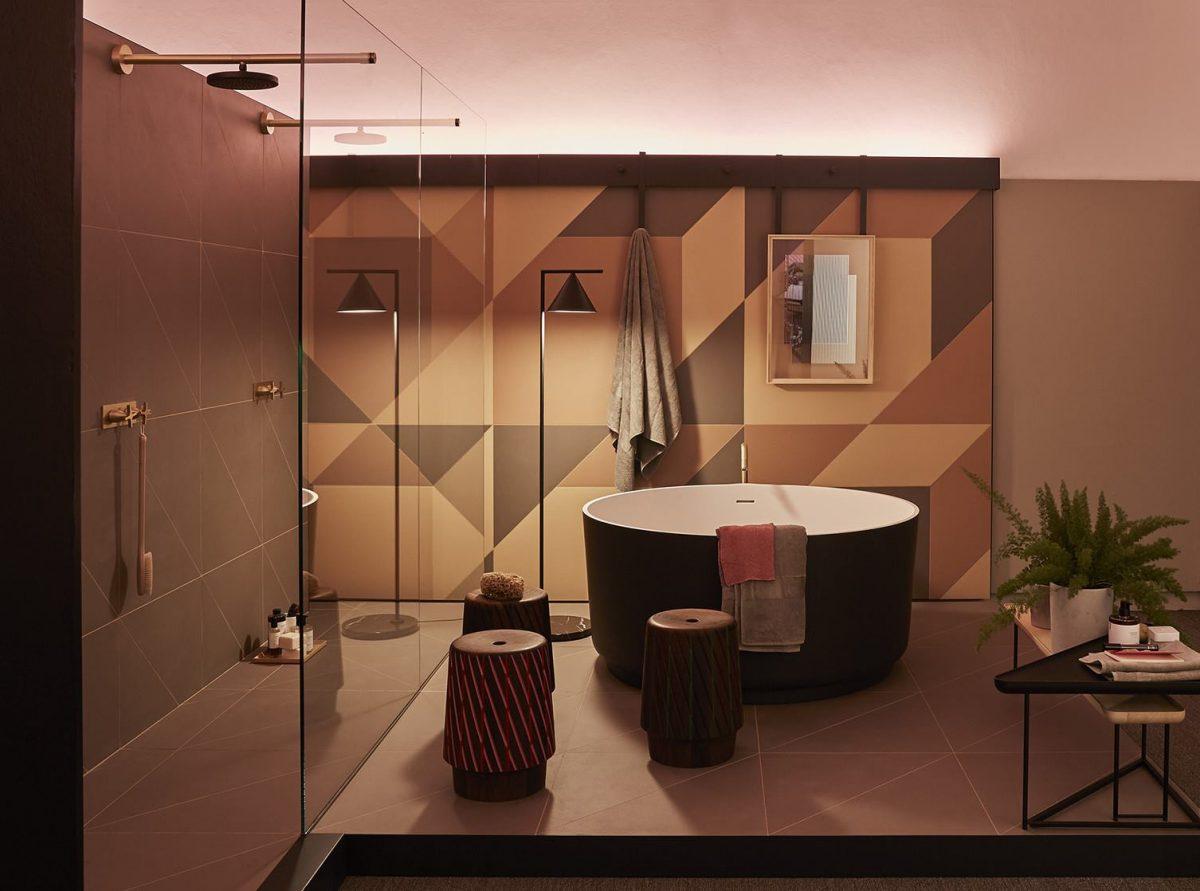 Nietuzinkowa aranżacja łazienki z płytkami marki Mutina