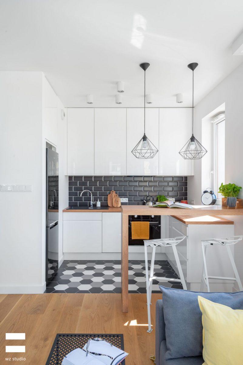 Lampy wraz z półwyspem symbolicznie oddzielają strefę kuchenną od salonowej | proj. WZ Studio (fot. Artur Jarosz/Trzykropy)