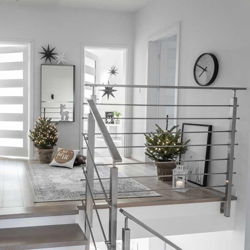 Hol na piętrze z minimalistycznymi choinkami | Źródło @tam_i_tu