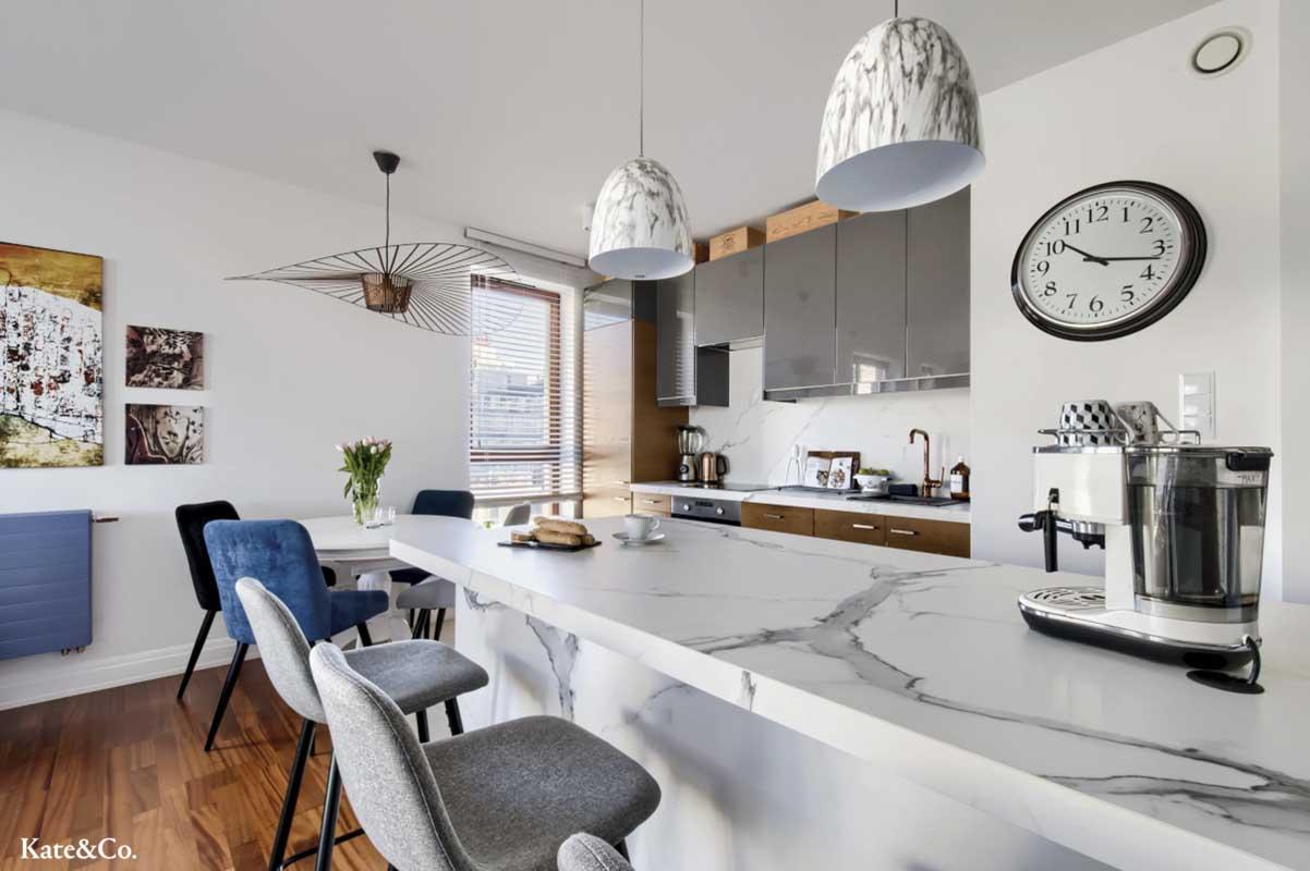 Wielkoformatowa płytka Tubądzin w formie blatu wyspy kuchennej | projekt wnętrza: Kate&Co