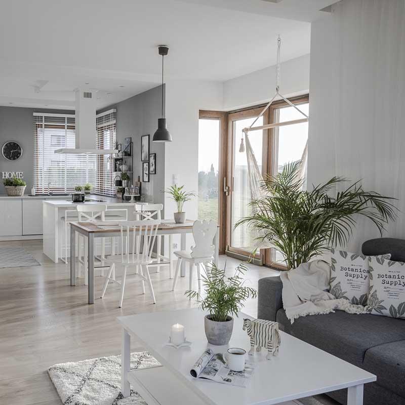 Serce domu: kuchnia otwarta na jadalnię i salon | Źródło: @tam_i_tu