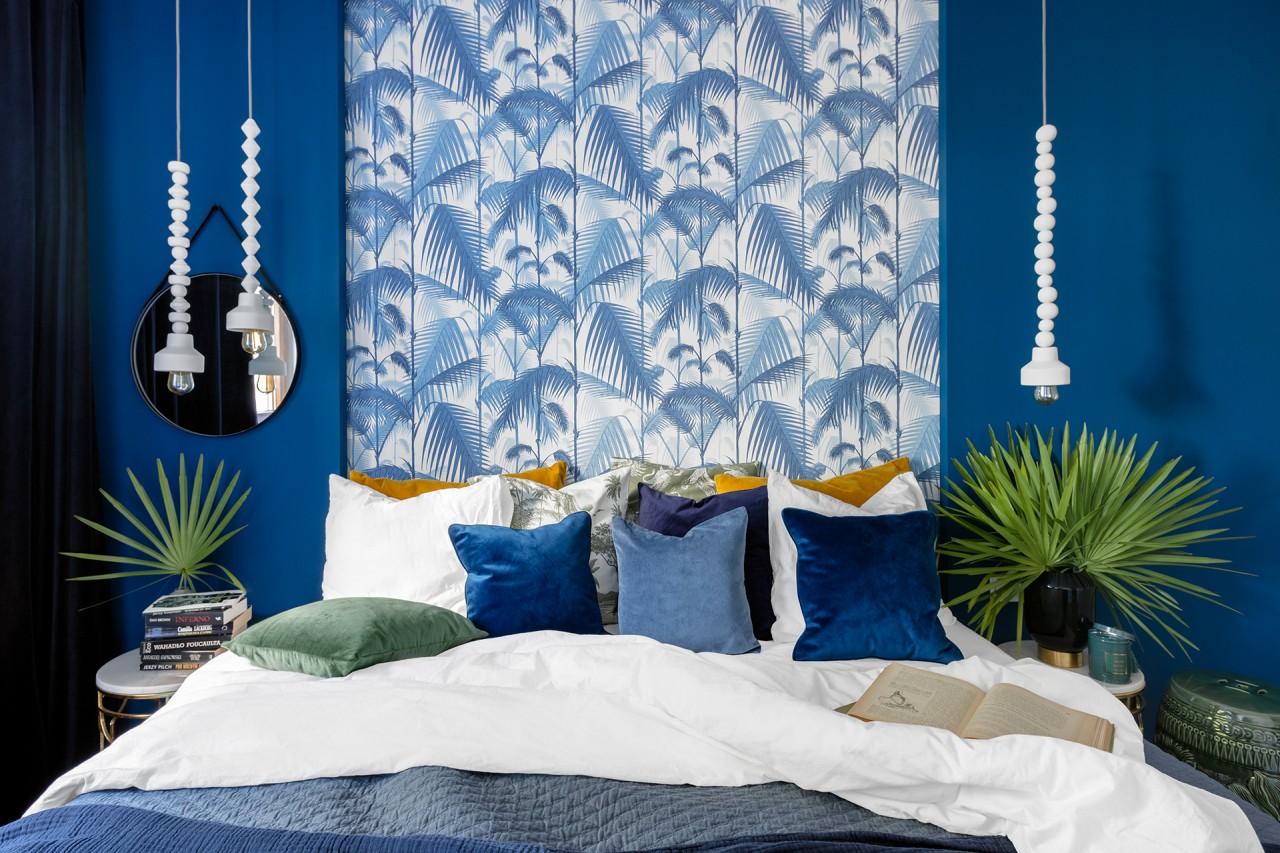 Sypialnia w mocnym kolorze uzupełniona tropikalną tapetą Cole & Son (proj. Finchstudio)