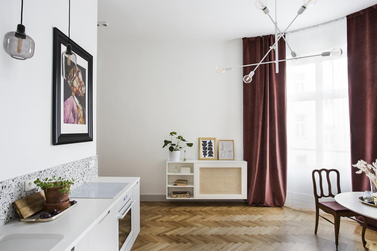 Lastryko na ścianie nad blatem w klimatycznym mieszkaniu wg. projektu OIKOI