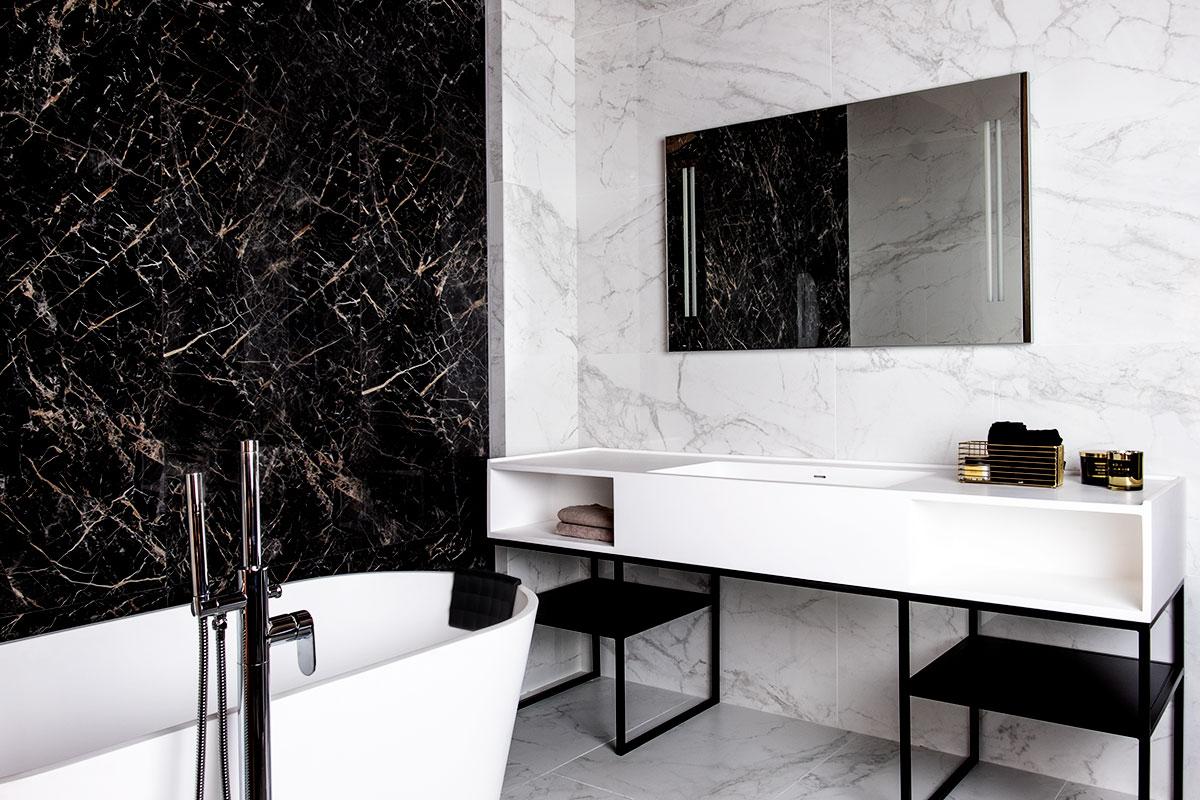 Biało - czarna łazienka z płytkami Marazzi i Ricordena - marki dostępne w naszych showroomach
