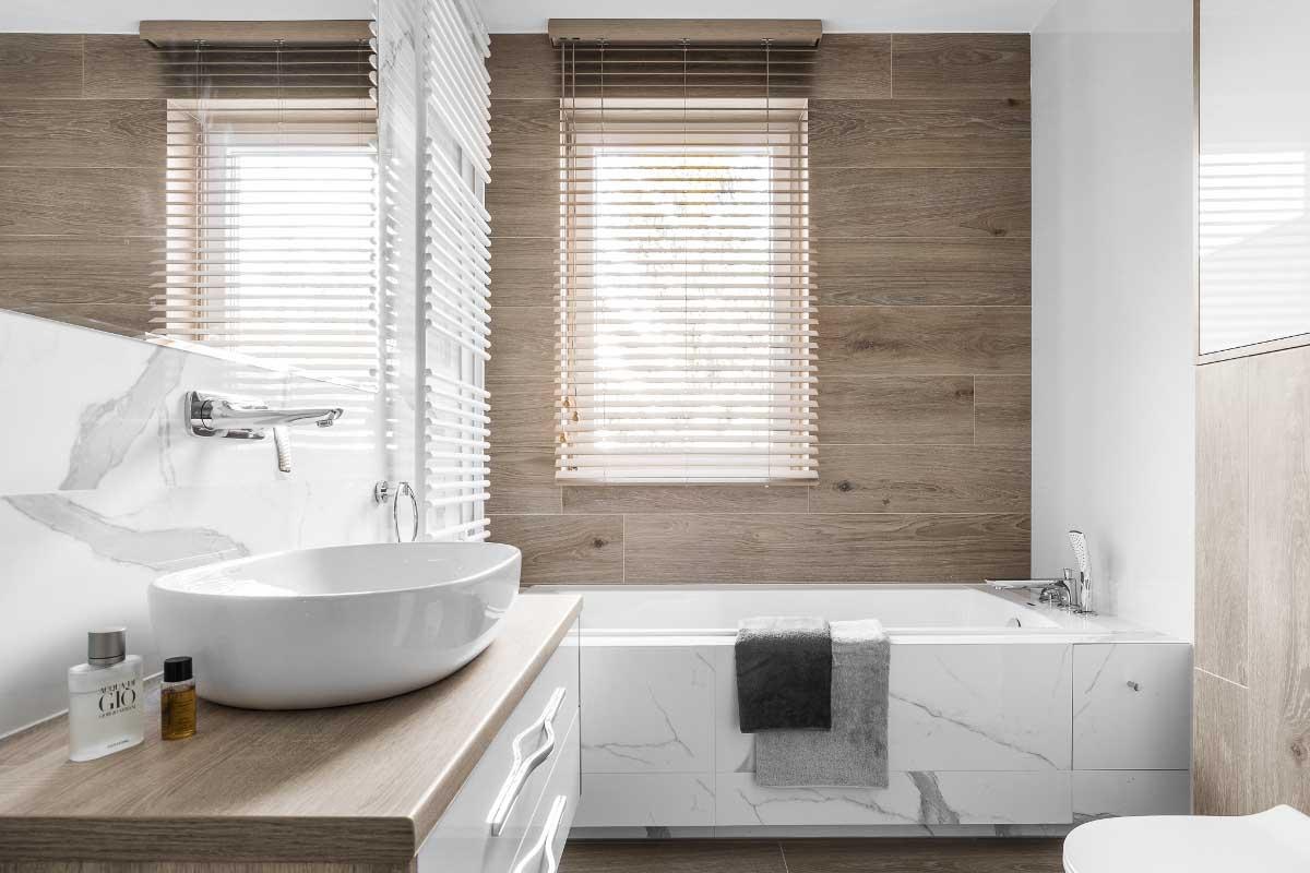 Marmurowo - drewniana łazienka (proj. Studio Projekt)