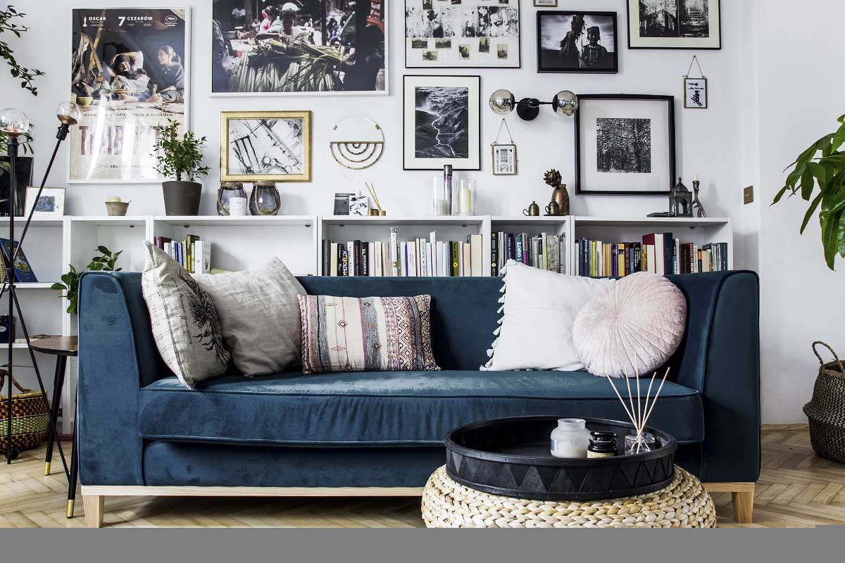 salon z welurową sofą granatową