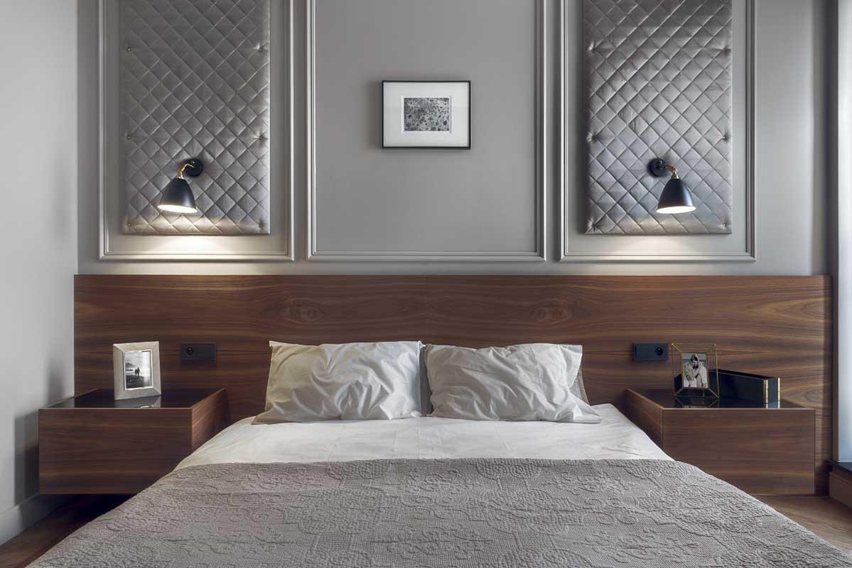 Przytulna sypialnia z drenem i panelami tapicerowanymi na ścianie (proj. JT Grupa)