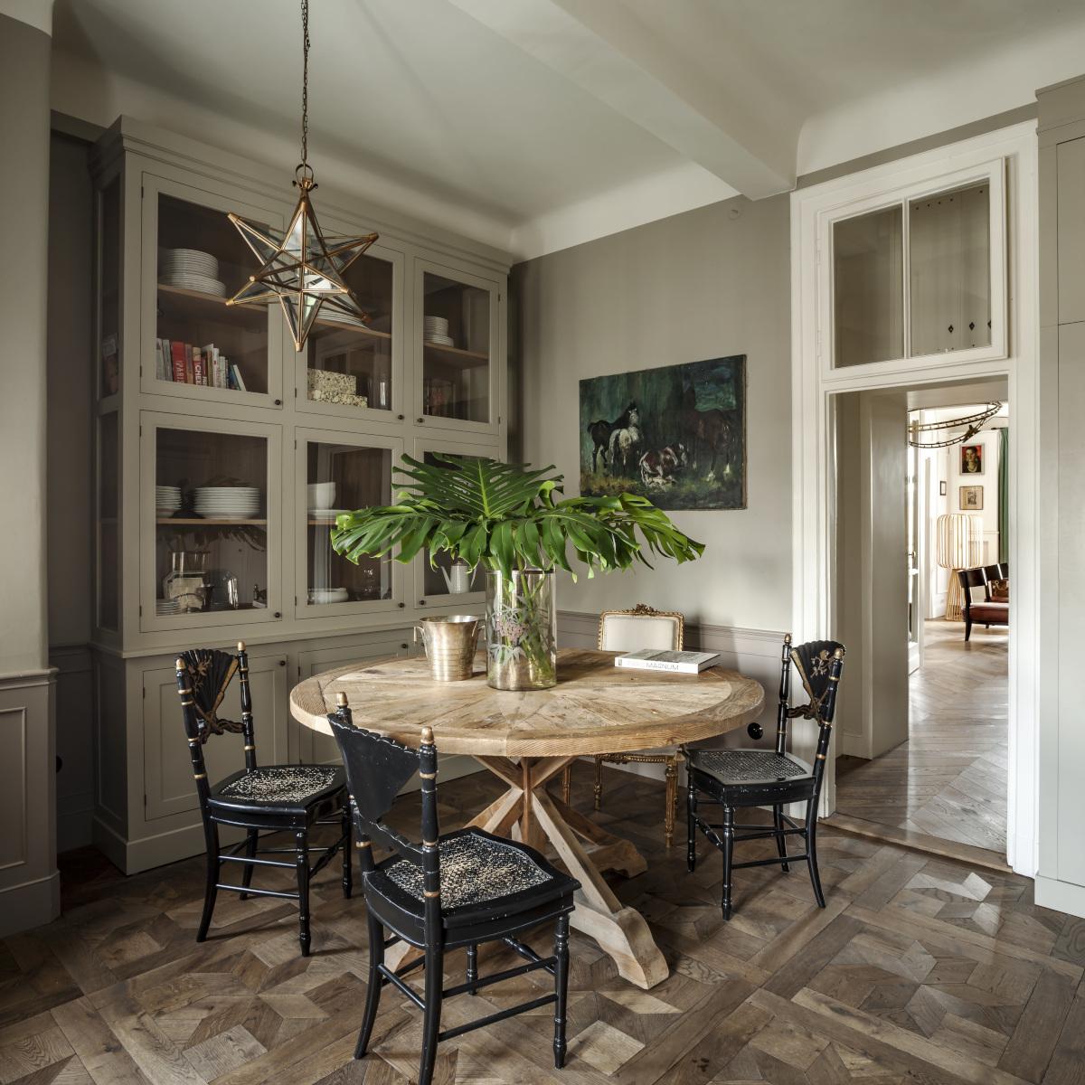 Meble z historią wzbogacają aranżację wnętrza, proj. Colombe Design