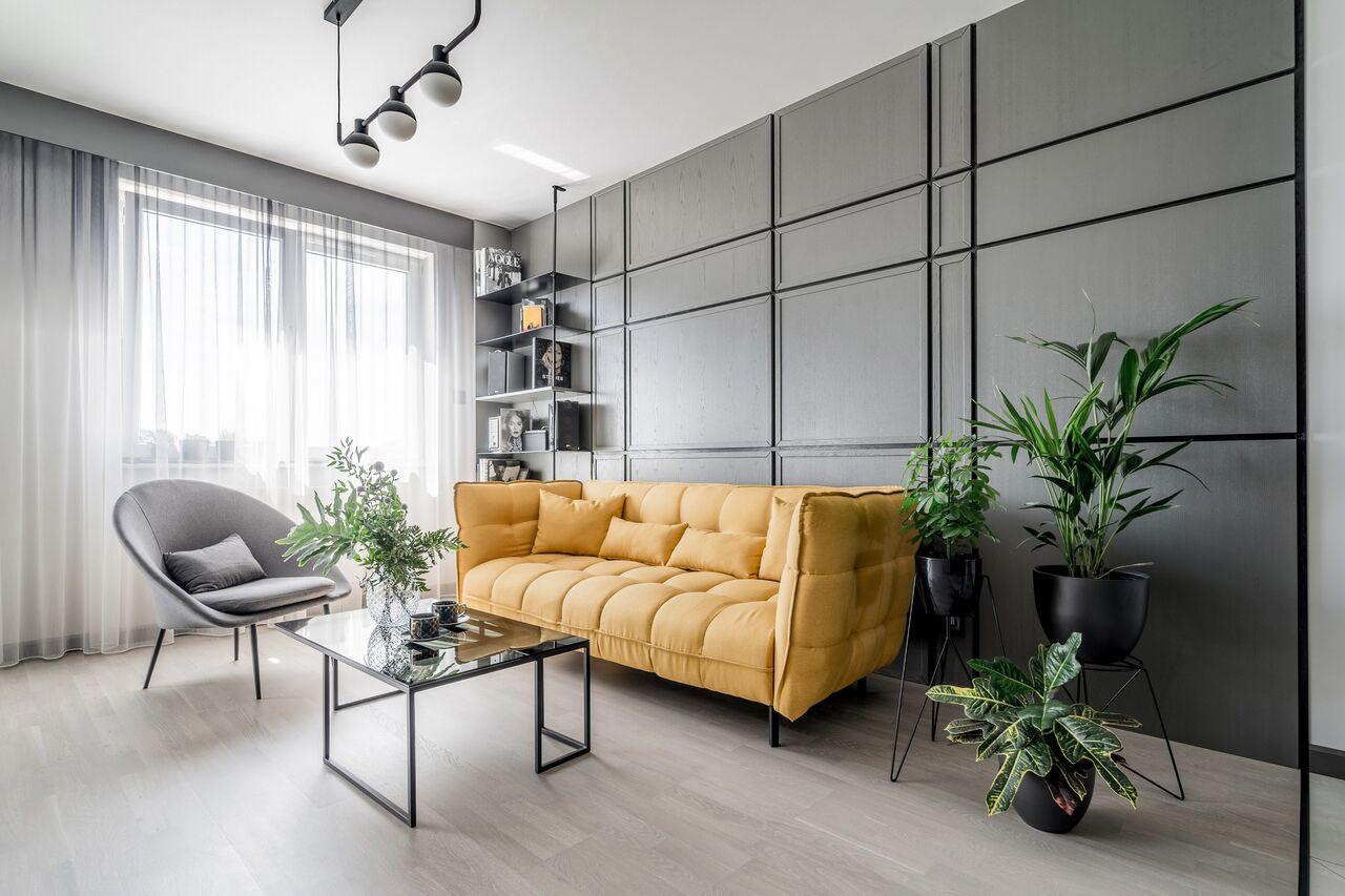 Sofa w modnym kolorze rebel yellow w projekcie Forme Studio