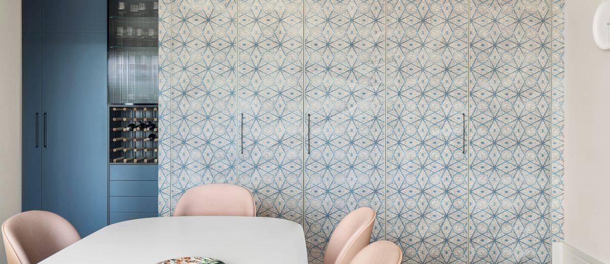 Kuchnia ukryta za wzorzystą otwieraną ścianą (proj. Hamak, zdj. Tom Kurek)