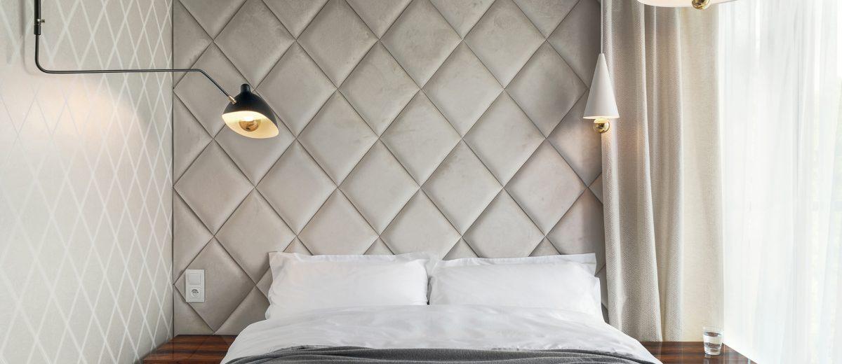 Panele tapicerowane na ścianie za łóżkiem (proj. Hamak, zdj. Tom Kurek)