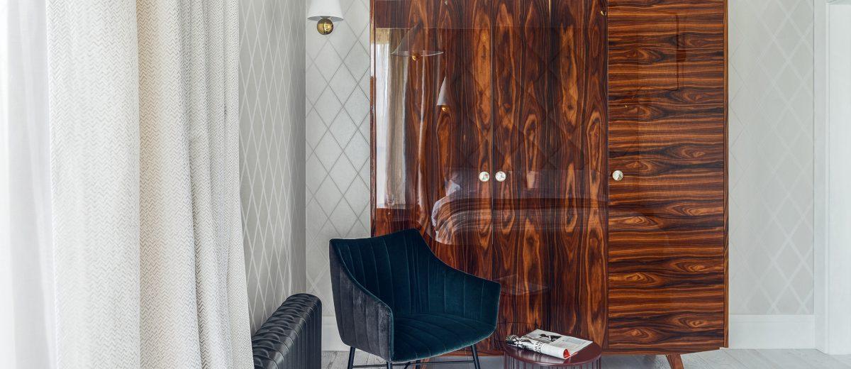 Piękna stylizowana szafa na nóżkach wzbogaca aranżację sypialni