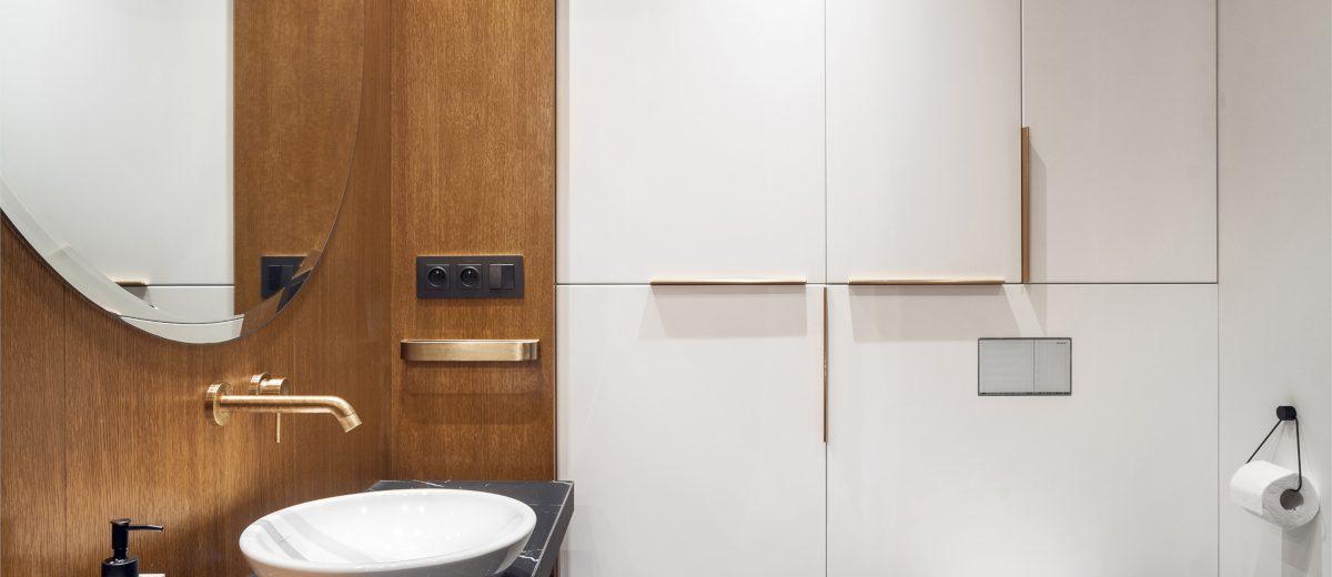 Drewniana łazienka ze złotą armaturą | proj. Hamak, zdj. Tom Kurek