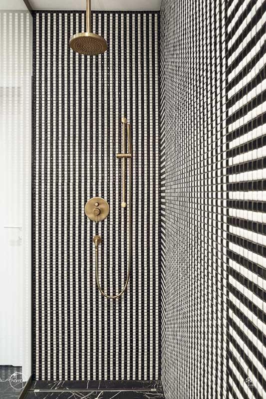 Strefa prysznicowa z mozaiką i złotą armaturą