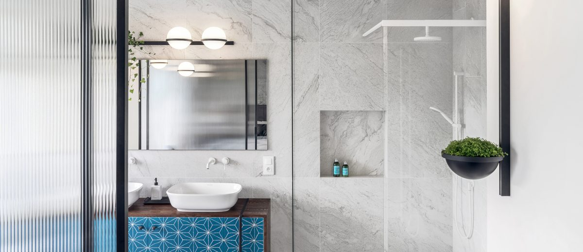 Łazienka z marmurowymi płytkami | proj. Hamak, zdj. Tom Kurek