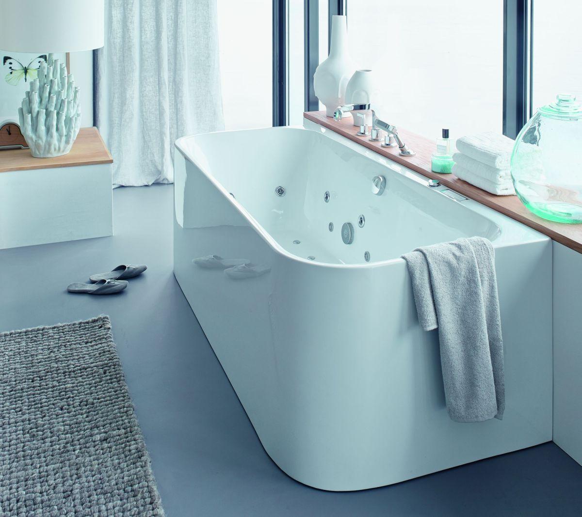 """Wanna z hydromasażem to """"must have"""" kobiecej łazienki (na zdjęciu wanna marki Duravit)"""