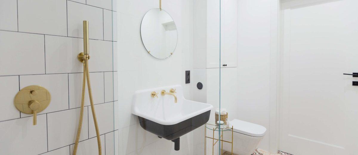 Łazienka z różowymi płytkami w marokański wzór | proj. Dash Interiors