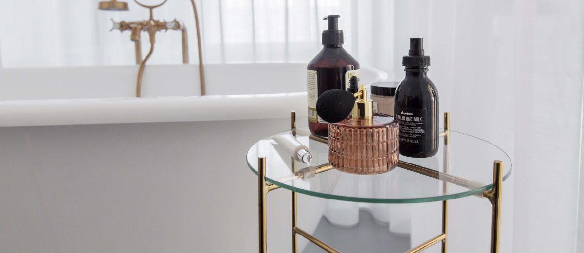 Złote detale w salonie kąpielowym | proj. Dash Interiors