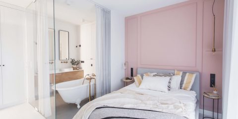 Sypialnia z mini salonem kąpielowym | proj. Dash Interiors