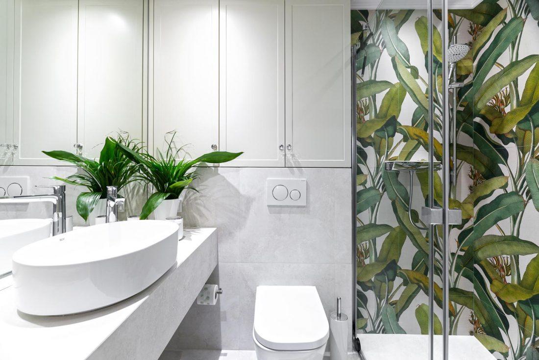 Duże płytki tropikalne 41zero42 w niewielkiej łazience