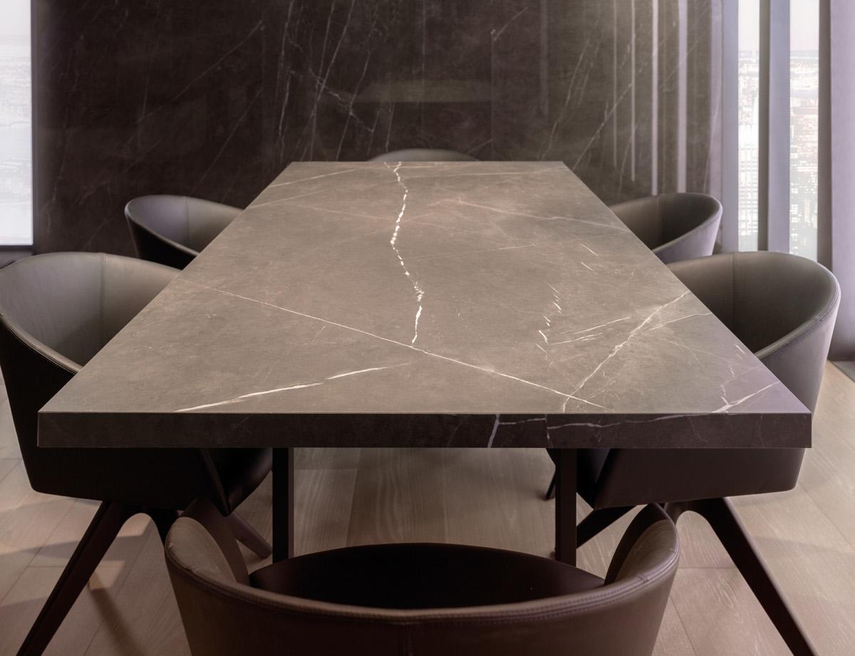 Blat stoły wykonany z płytki wielkoformatowej X Light Premium Savage marki Urbatek