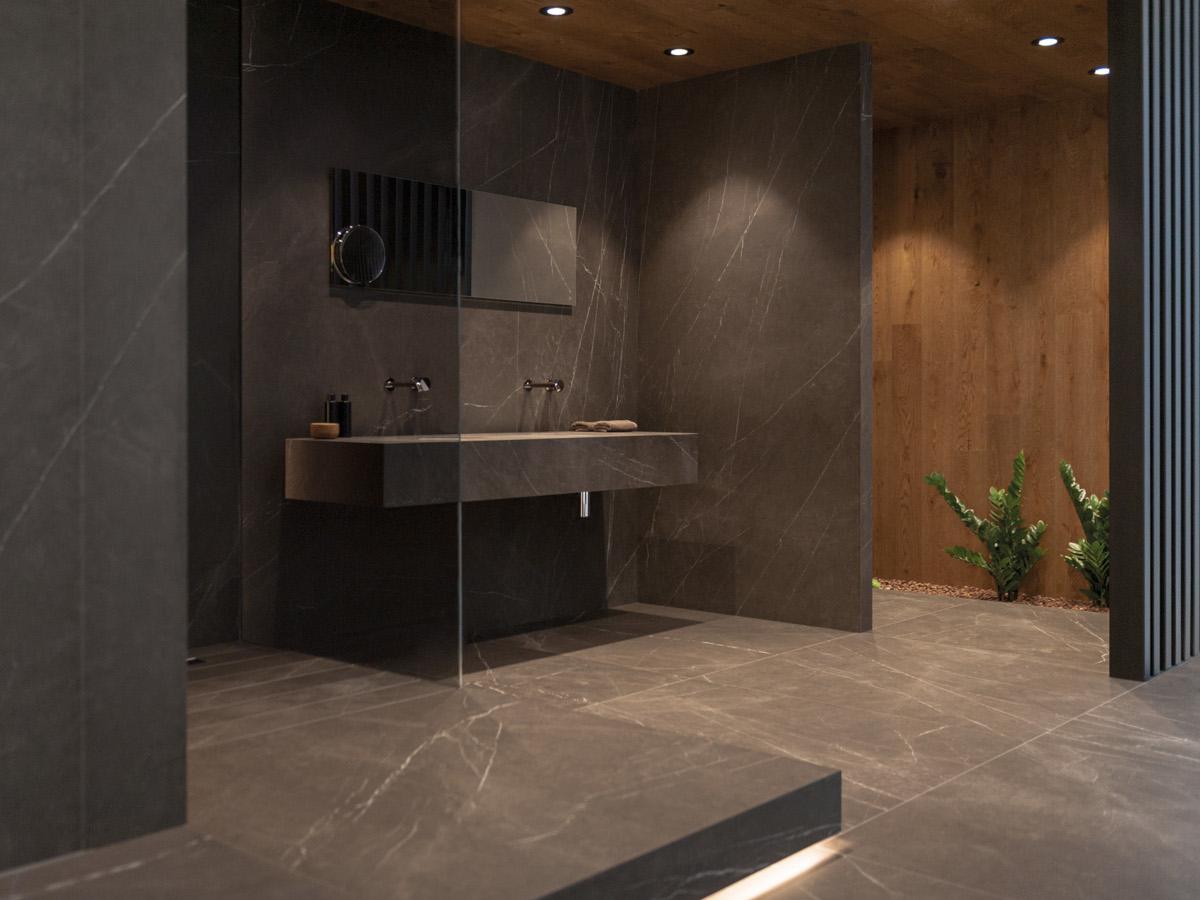 Łazienka w stylu minimalistycznym z płytkami X Light Premium Savage marki Urbatek