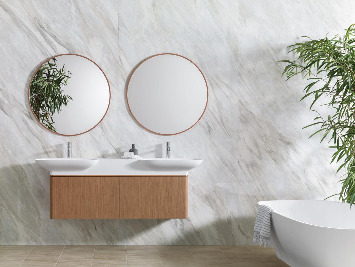 Piękne połączenie drewna i marmuru (płytki wielkoformatowe w łazience X Light Premium Storm marki Urbatek)