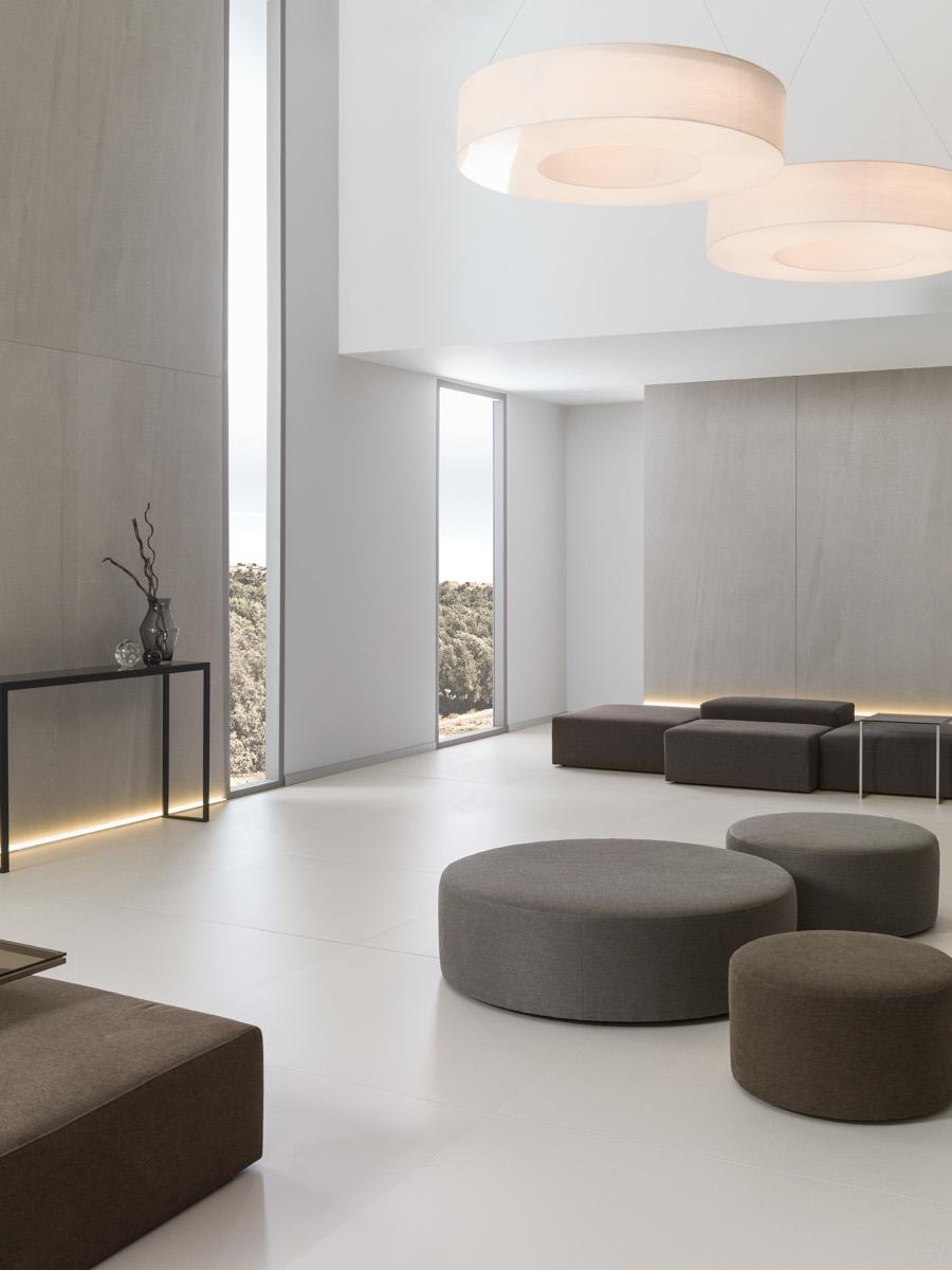 Monochromatyczne wnętrze z płytkami X Light Premium Aged marki Urbatek należącej do Grupy Porcelanosa