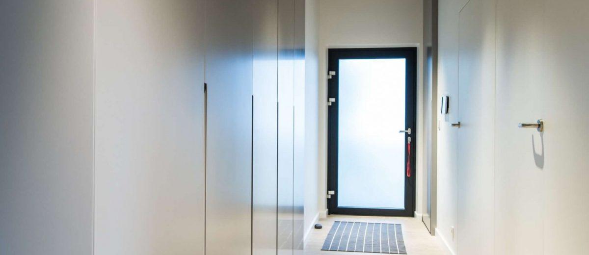 Minimalistyczny hol z industrialnymi elementami | proj. NOWW Studio