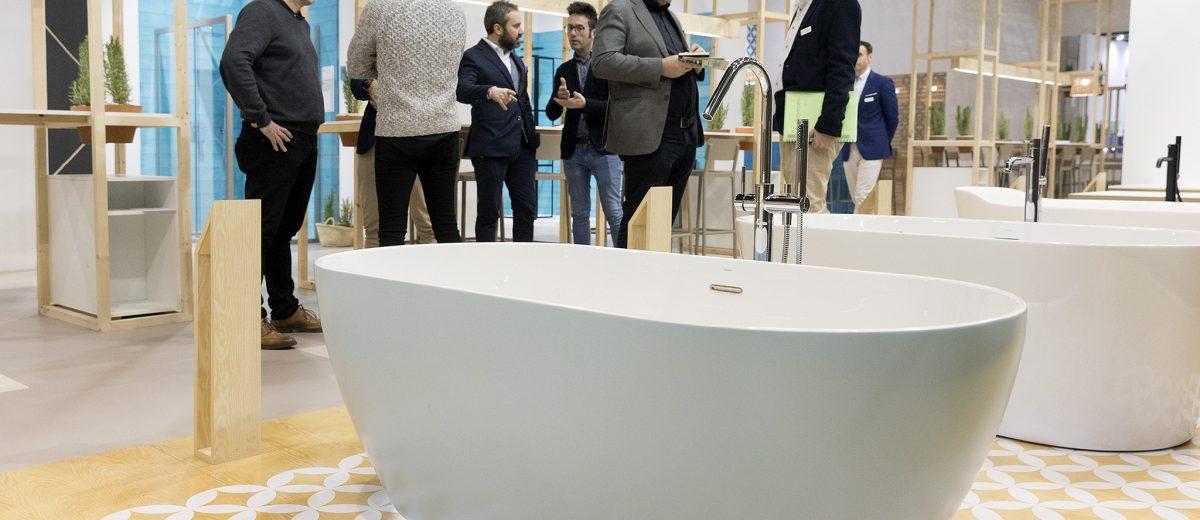 Wanny wolnostojące pozwalają stworzyć atmosferę wyjątkowego relaksu w łazience | źródło: https://cevisama.feriavalencia.com/en/